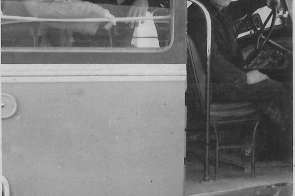60_A sinistra due passeggeri ortonesi, alla guida Ernesto Civitarese ovvero uno dei 4 fratelli Civitarese